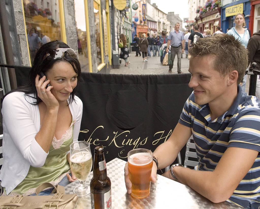 Stel op een terras in Galway